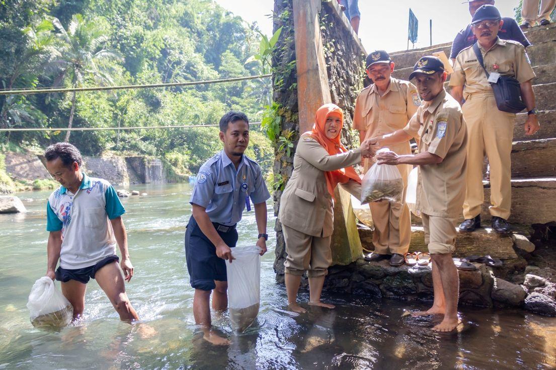 Bersama Pemdes Dagan, DKPP Purbalingga Sebar 10 ribu Benih Ikan
