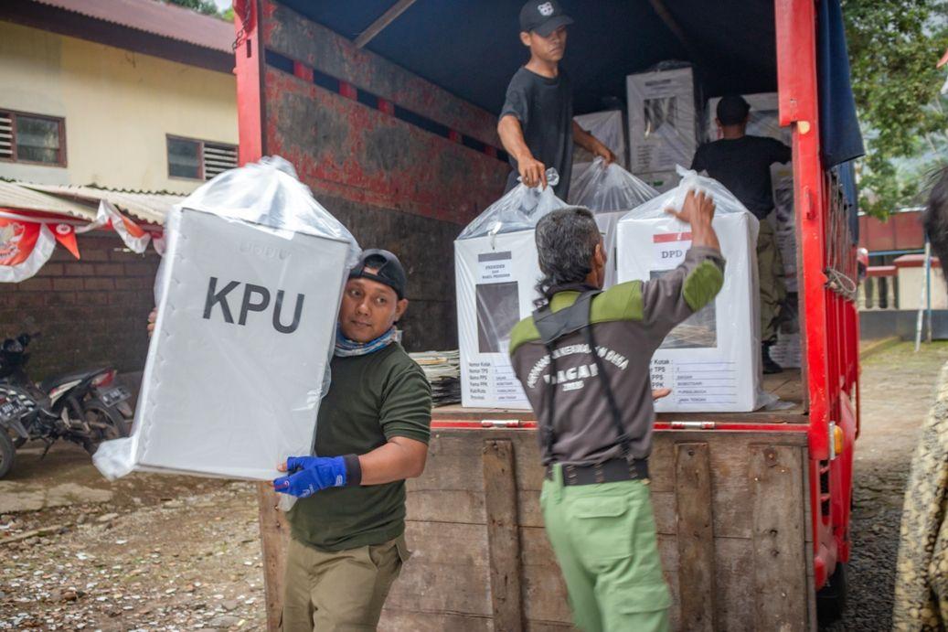 Distribusi kotak suara beserta kelengkapan Pemilu 2019 dari KPU Kabupaten Purbalingga sampai di Desa Dagan, Senin (15/4)