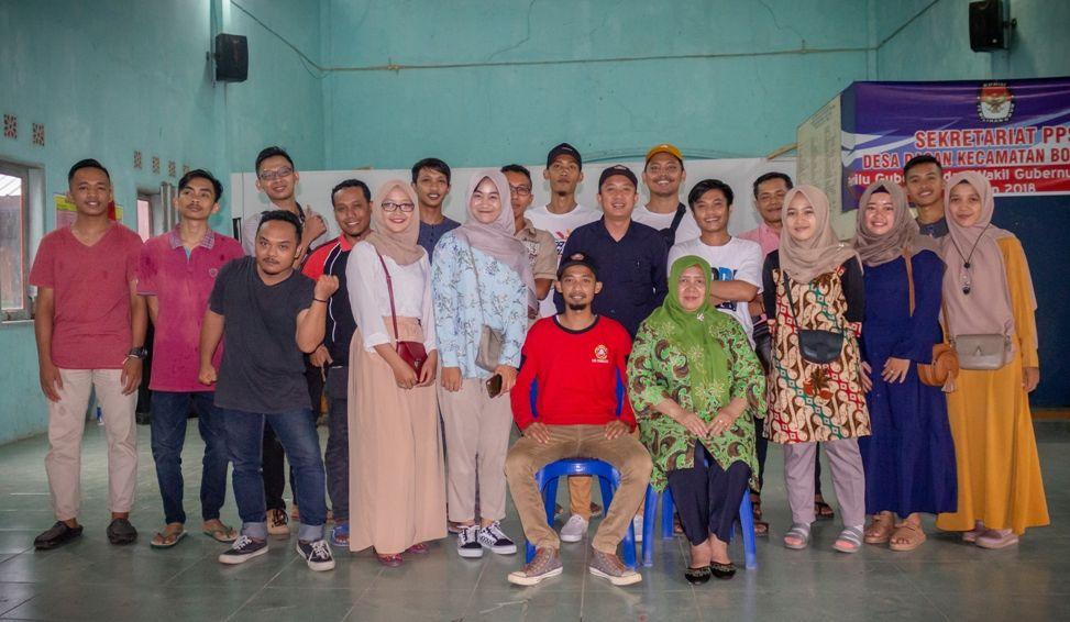 Teguh Waluyo (berkaus merah) foto bersma Kepala Desa Dagan, Hj. Sukarni, S.Sos usai terpilih menjadi Ketua Karangtaruna Kridatama Desa Dagan