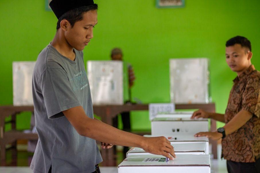 Seorang pemilih di TPS 5 Desa Dagan tengah memasukan surat suara ke dalam kotak suara usai pencoblosan pada Pemilu 2019, Selasa (17/4).