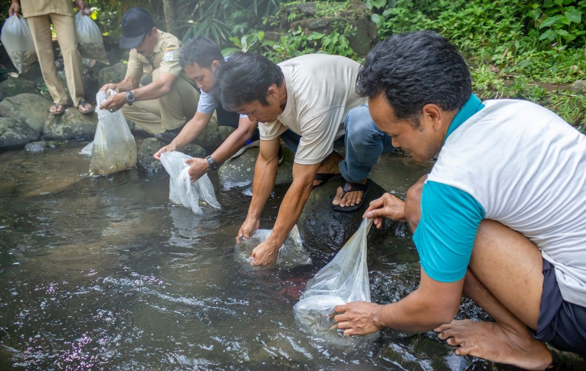 Pokmaswas Desa Dagan terlibat penebaran benih ikan bersma Pemdes Dagan dan DKPP Kabupaten Purbalingga, Senin (15/4) di hulu Sungai Klawing Desa Dagan