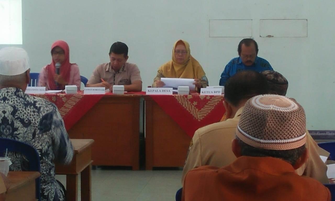 Kepala Desa Dagan, Hj. Sukarni, S.Sos menyampaikan Rancangan RPJM Desa Dagan tahun 2019-2025, Selasa (9/7) dalam acara Musrenbangdes