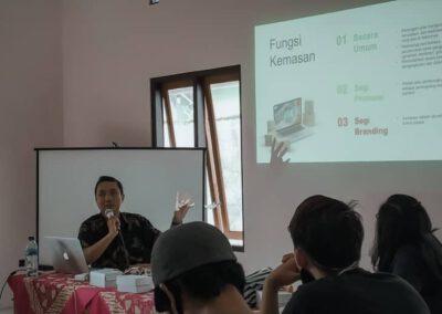 Pelaku UMKM Desa Dagan Dilatih Memasarkan Produk Secara Digital